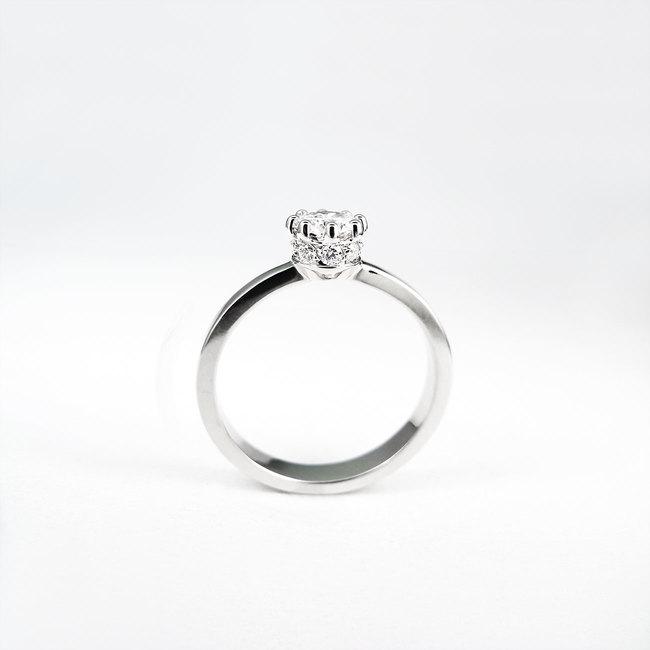 zaročni prstan krona kamni ob strani diamanti