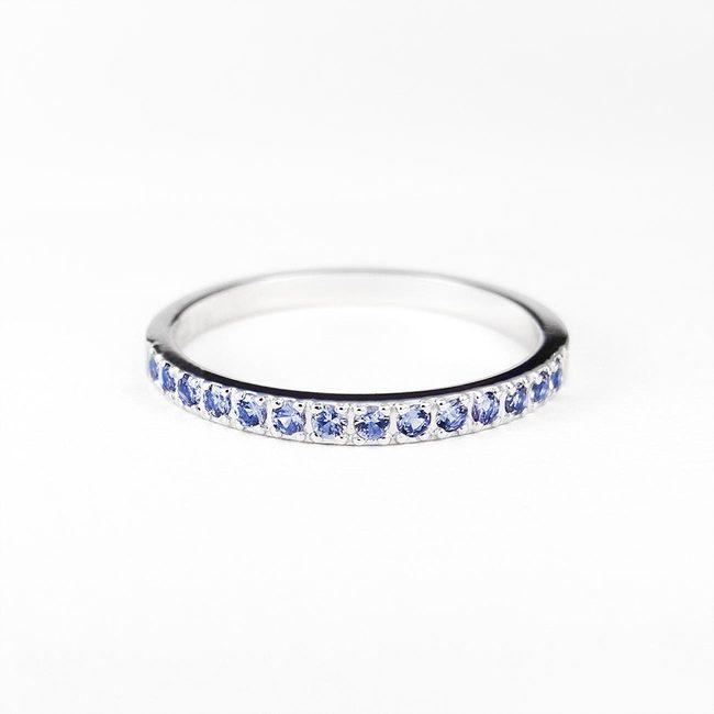 zaročni prstan belo zlato cirkoni minimalističen svetlo modri safirji poročni