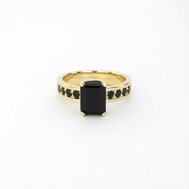 prstan s črnimi kamni špineli rumeno zlato