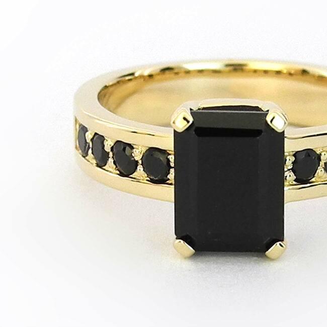 prstan s črnimi špineli rumeno zlato