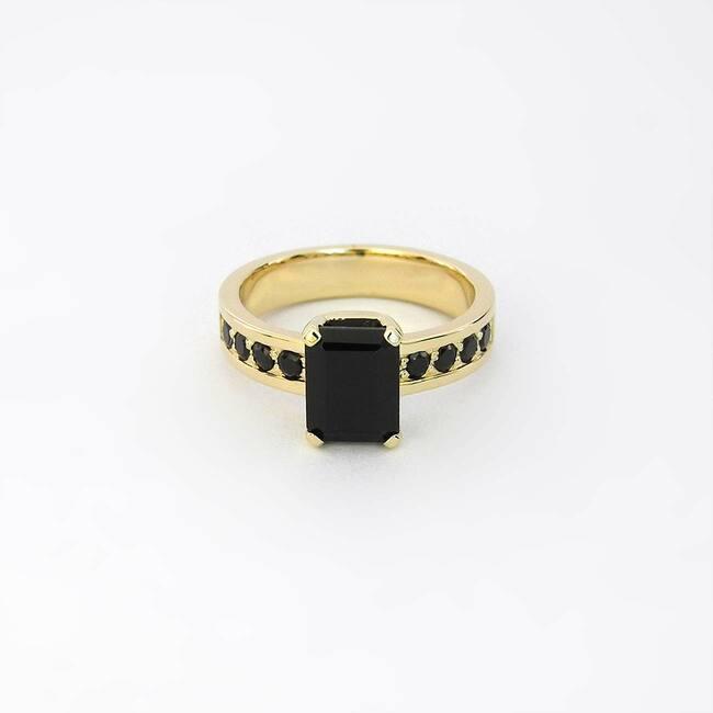 črni špineli rumeno zlato masiven prstan