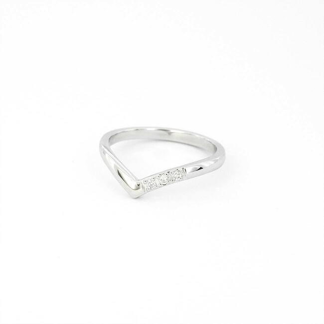 minimalističen špičast prstan belo zlato z diamanti