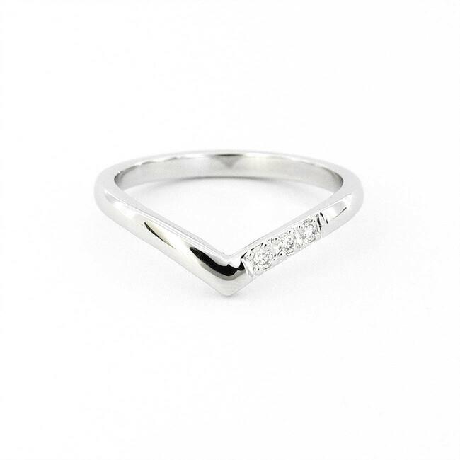 špičast prstan belo zlato z diamanti minimalističen