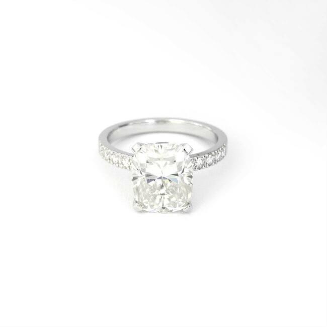 anello di fidanzamento in oro bianco moissanite cuscino 10x8 mm