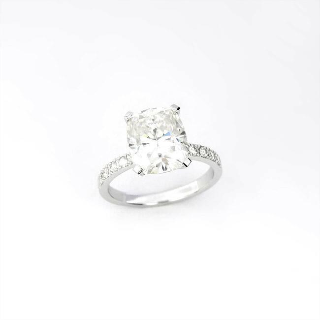 prstan moisanit 10x8 cushion belo zlato zaročni