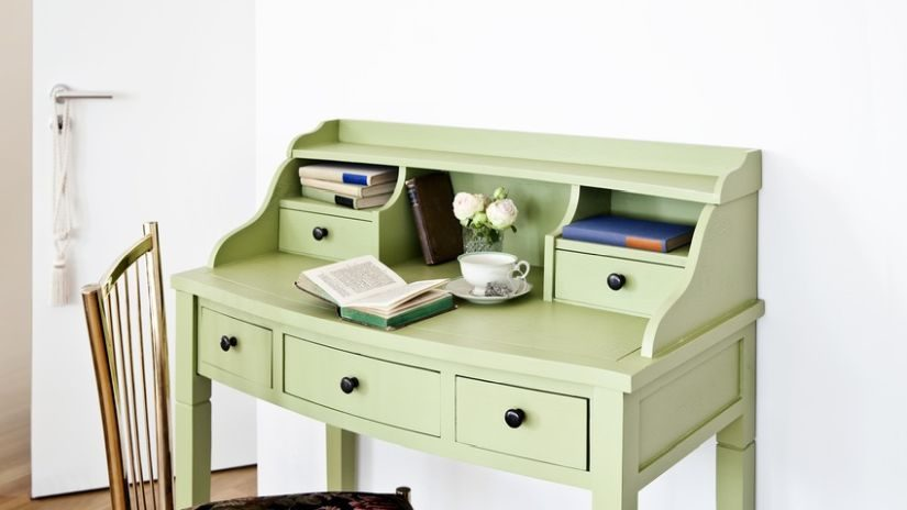 Bemalter Schreibtisch aus Holz