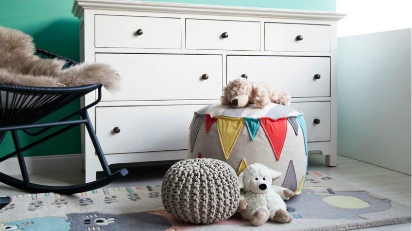 Kinderzimmer mit Kommode und Sessel