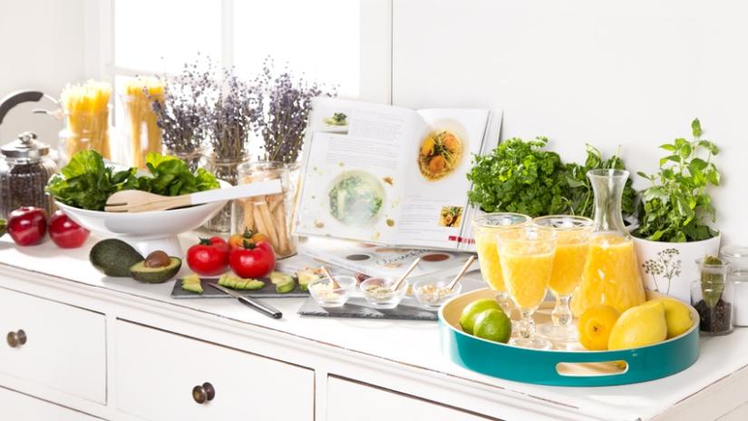weiße Landhausküche mit Küchenzeile
