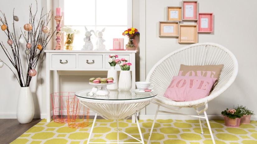 Osterdeko im Wohnzimmer mit Ostereiern und Blumen