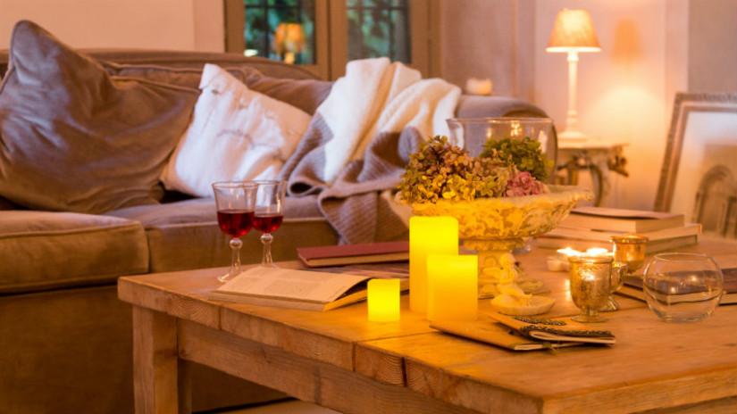 Wohnzimmer einrichten mit Kerzen und Lampen
