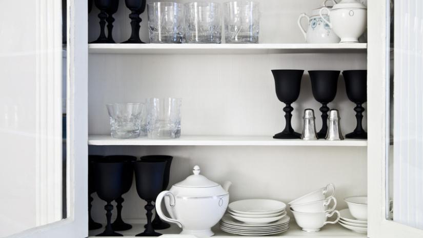 weiße Landhausküche mit Geschirrschrank