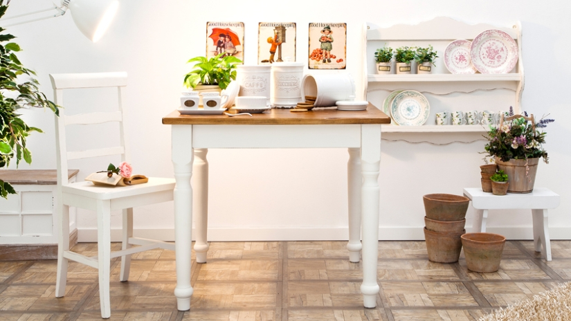 weiße Landhausküche mit Dekoration