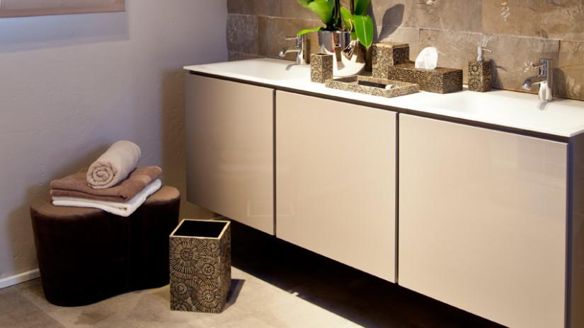 Badideen mit praktischen Waschbeckenunterschränken