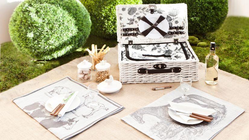 Weißer Picknickkorb mit Geschirr