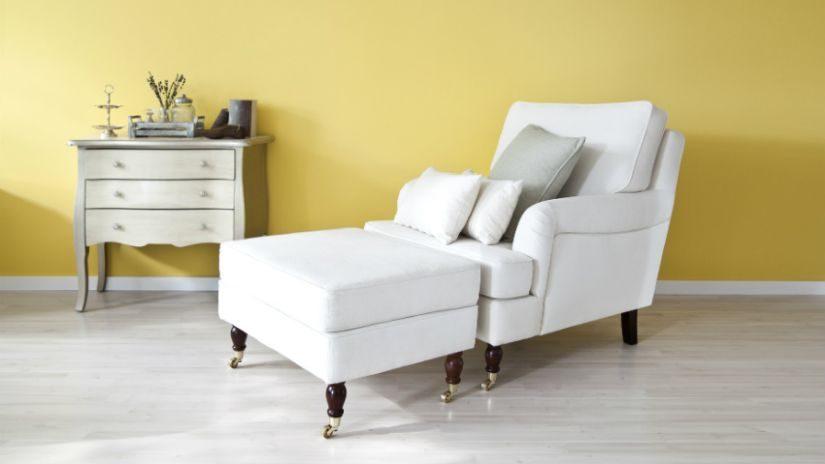 Weißes Tagesbett mit Kissen