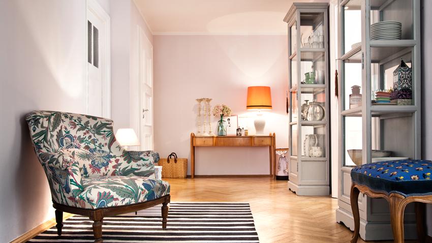 Vitrinen und Sessel mit Teppich