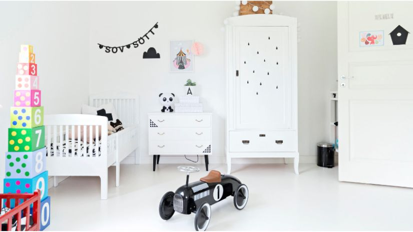 weißer Kinderkleiderschrank im Spielzimmer der Kinder
