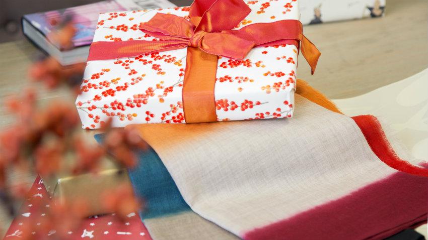 Buntes Geschenk mit Schleife orange