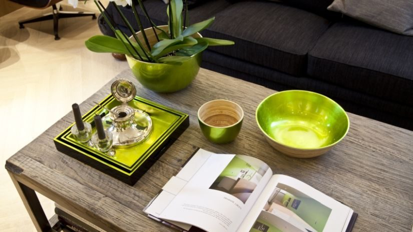 rechteckiger Holztisch in einem Wohnzimmer