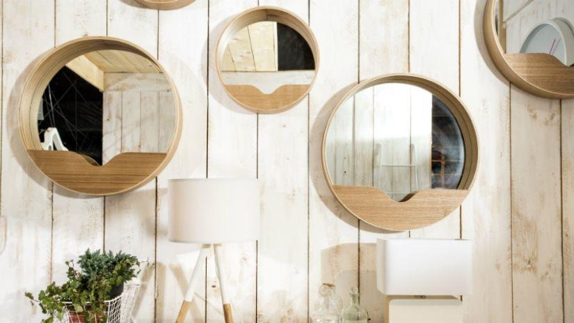 Spiegelschrank aus Holz im Badezimmer