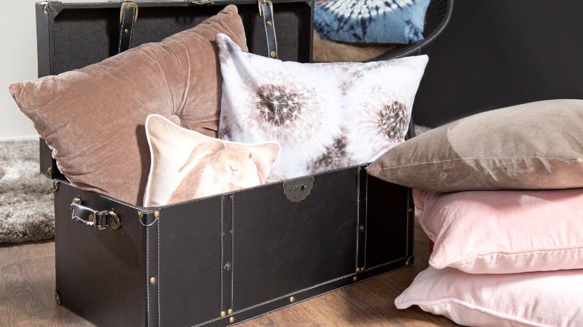Kissenbox in Schwarz mit Kissen im Wohnzimmer