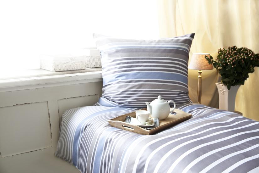 Gästebett mit gestreifter Bettwäsche