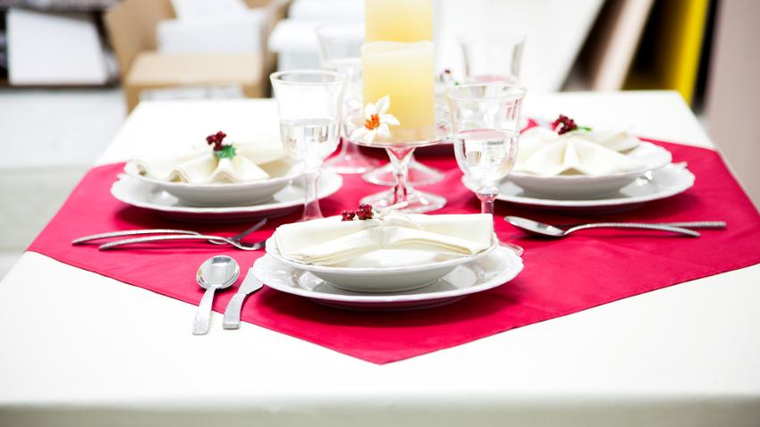 Klassische Tischdeko rot mit weißen Tellern
