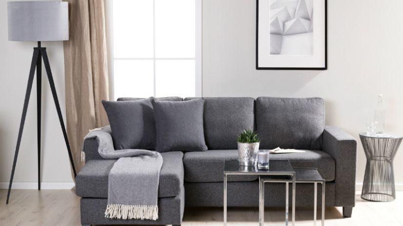 Couchtisch aus Metall und Sofa