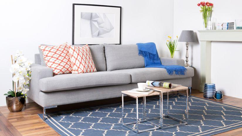 Graues Sofa Mit Strukturiertem Teppich