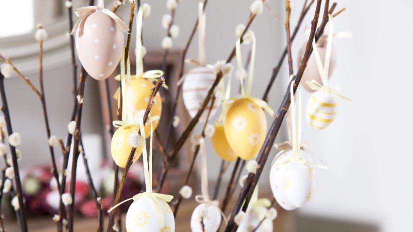 Osternest und Osterzweige dekorieren