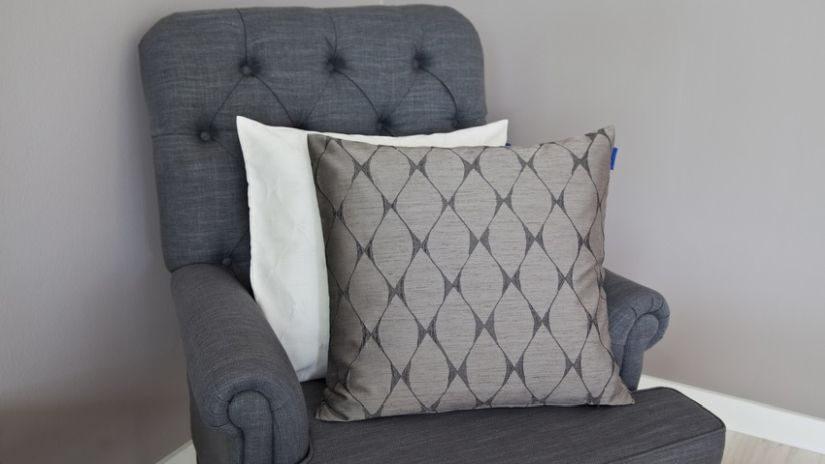 grauer Sessel gepolstert