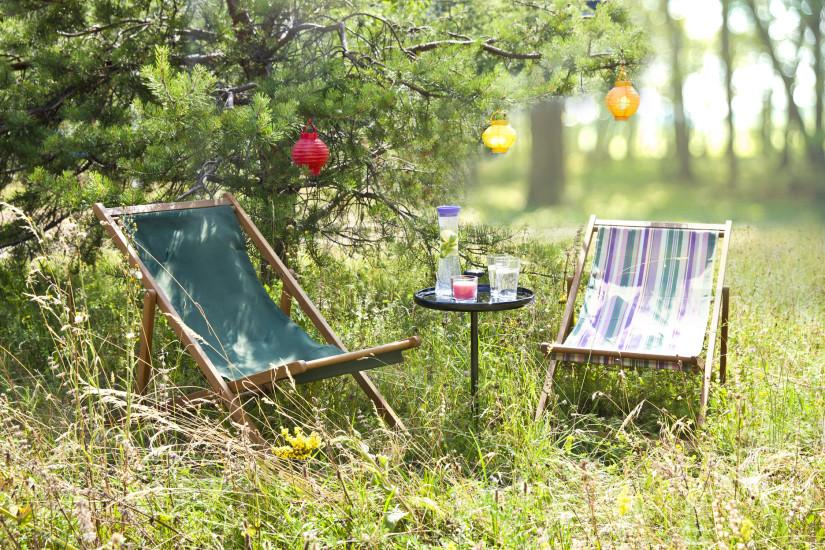 Garten Beistelltisch mit Liegestühlen