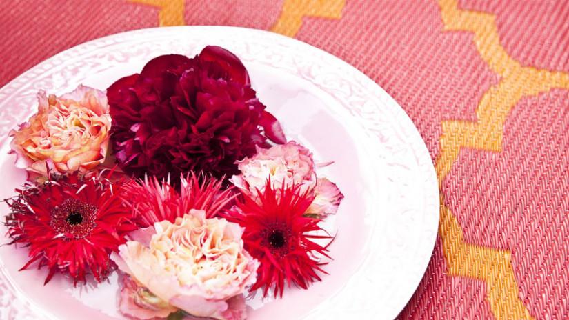 Schale und Blumen für die Balkon Deko
