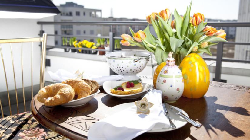 Balkon gestalten für das Essen im Sonnenschein