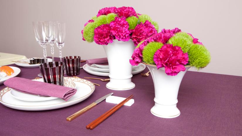 Tischdeko Frühling mit Blumen und Vasen