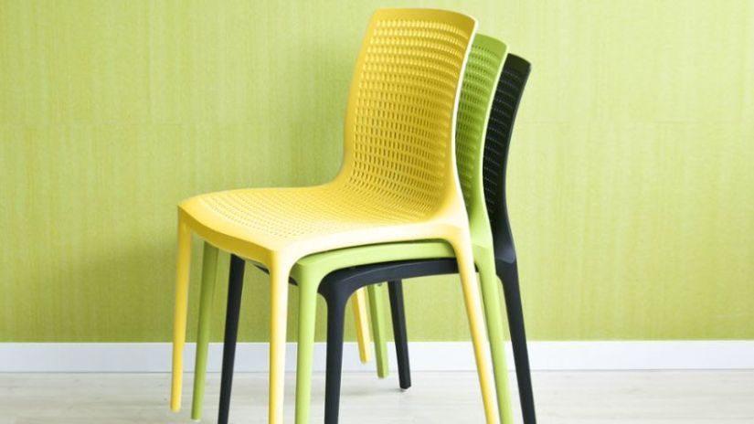 Gelber Kunststoffstugl für die Küche