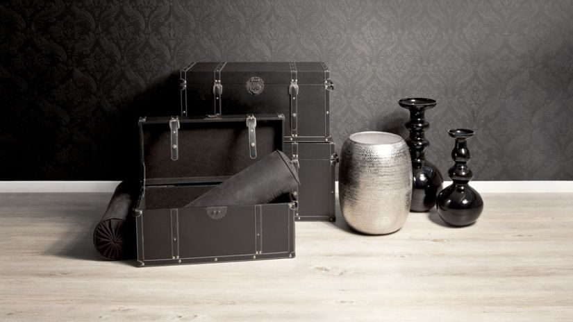 Schwarze Bodenvasen in einem Wohnzimmer