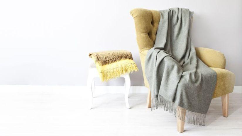 Gelber Sessel mit Plaid