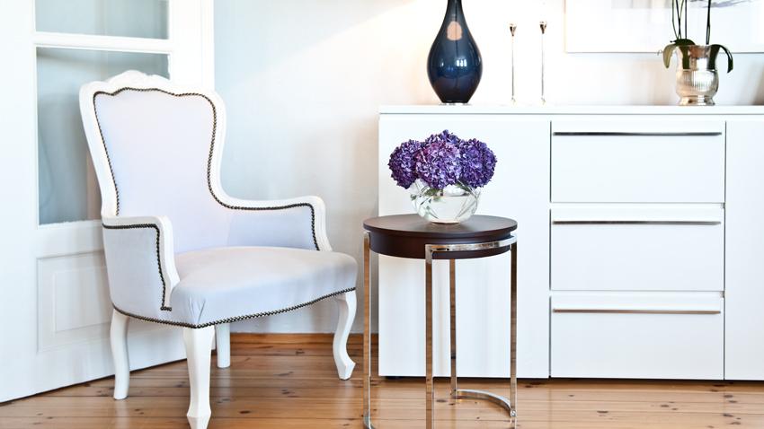 Sideboard und Sessel mit Blumen
