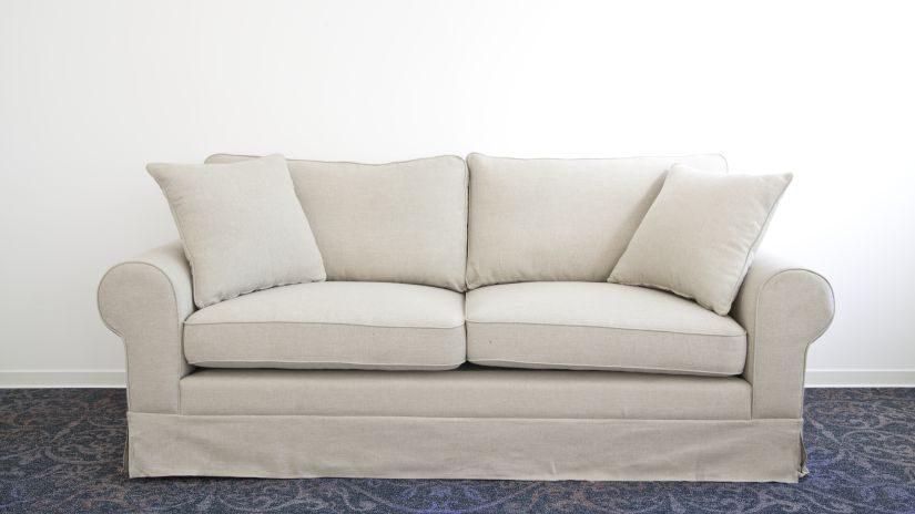 Beige Kissen auf ein Sofa