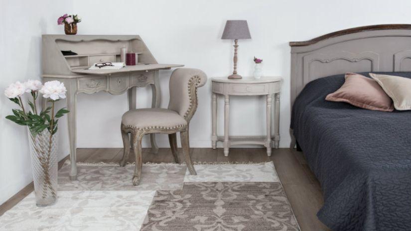 Stuhl hellgrau im Schlafzimmer