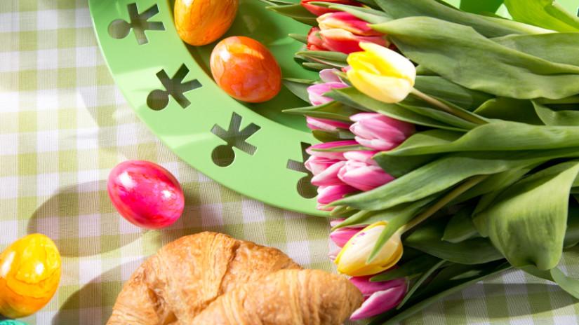 Tischdeko Ostern mit Tulpen und Ostereiern