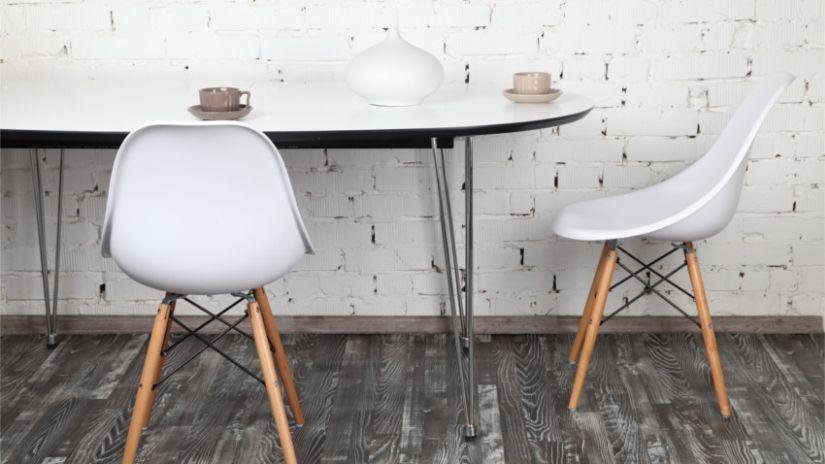 Weißer Stuhl in retro Optik