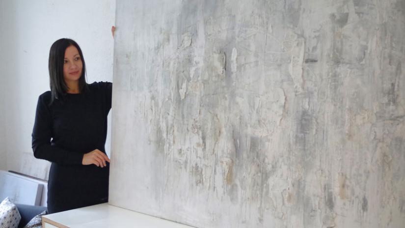 Sylwia Synak mit Kunstwerk