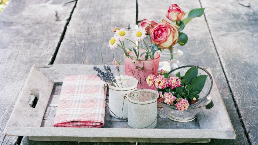Blumenvasen dekorieren rosa