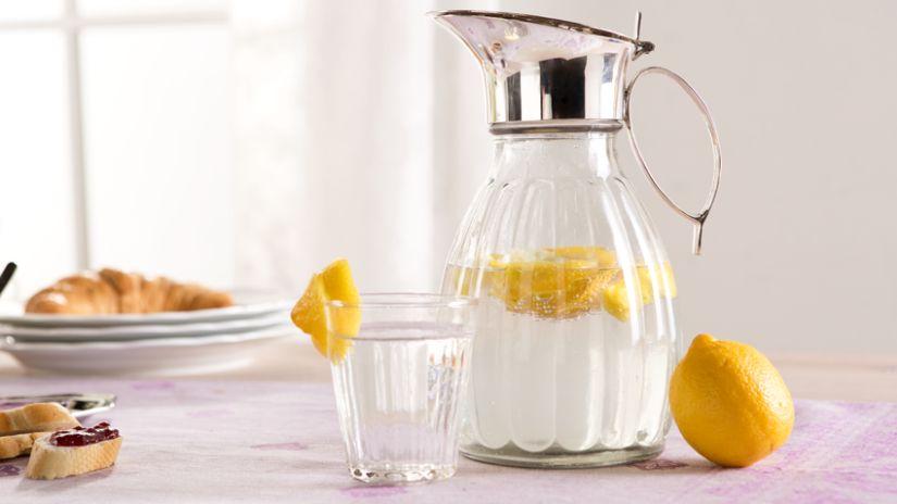 großer Getränkespender mit Zitronenwasser