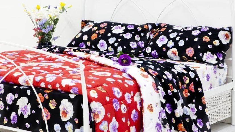 Bettwäsche rot und schwarz mit Blumen