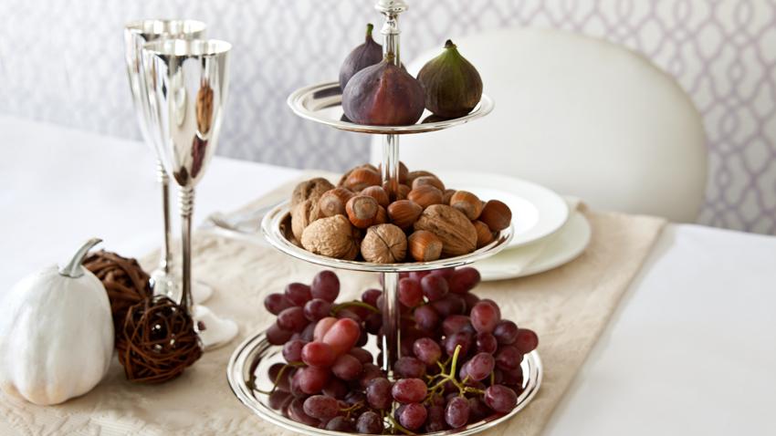 Etagere mit Nüssen und Früchten
