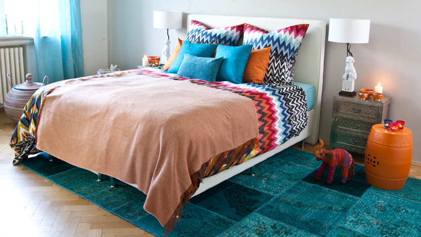 Buntes Bett und Schlafzimmer