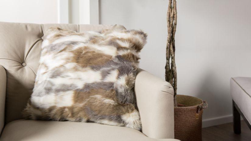 Fellkissen grau & weiß